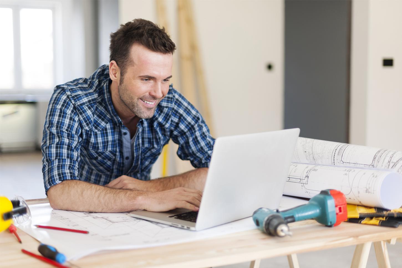 image d'illustration ouvrier de chantier artisan utilisant un outils logiciel en ligne